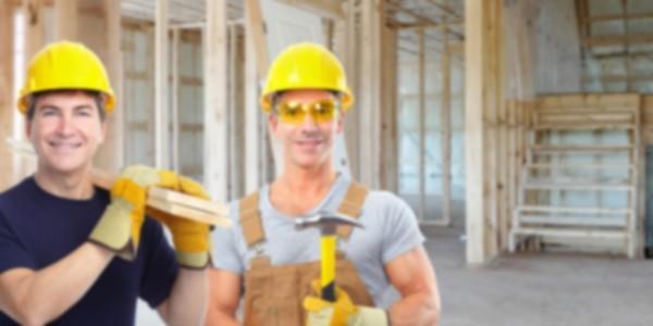 Рабочий с молотком
