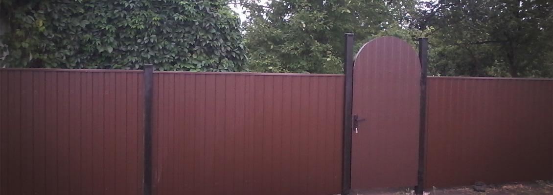 Забор с арочными распашными воротами