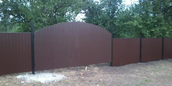 Забор с арочными распашными воротами - 7