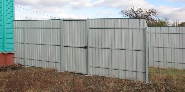 Комбинированный забор из сетки и профлиста