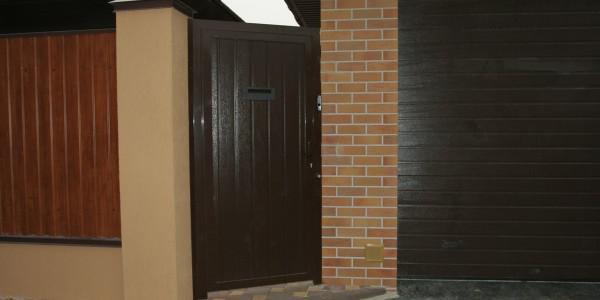 Ограждение дома металлическим штакетником