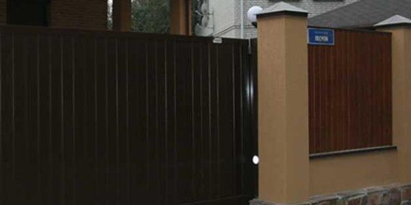 Забор с отделкой Короед