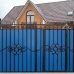 Распашные кованые ворота со встроенной калиткой