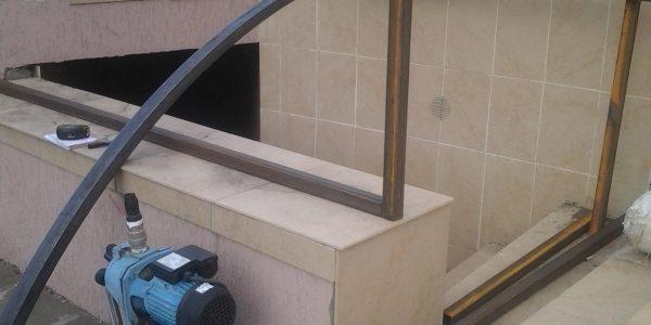 Навес над входов в цокольный этаж
