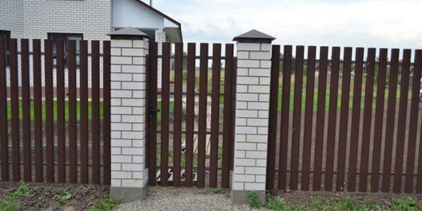 Готовый забор из металлоштакетника с калиткой двухсторонний