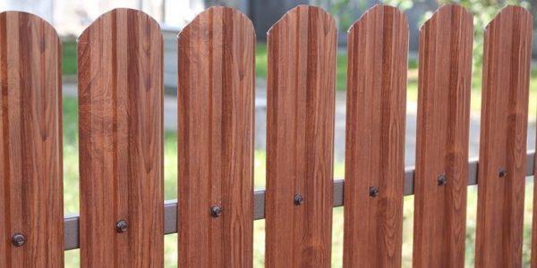 Односторонний забор из евроштакетника коричневый