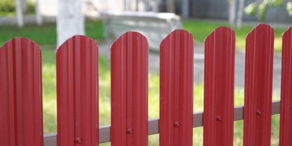 Односторонний забор из евроштакетника красный