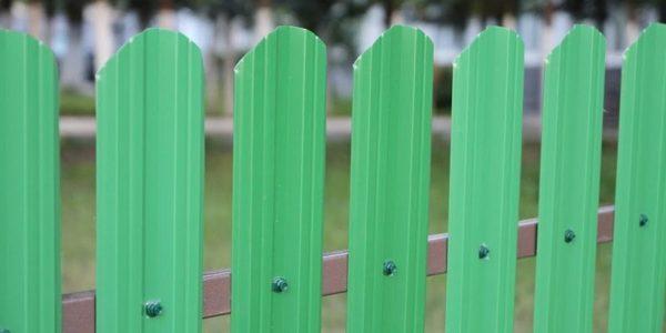 Односторонний забор из евроштакетника зеленый