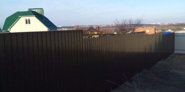 забор из металлического штакетника - 63