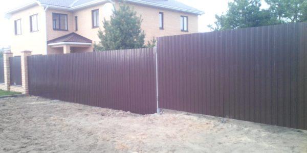 Забор из профнастила фото с трубой