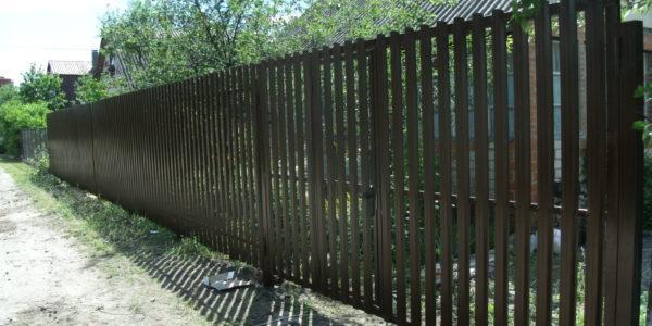 Забор из металлического штакетника П-образного