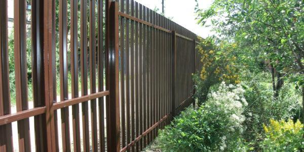 Забор из металлического штакетника и профнастила - 28