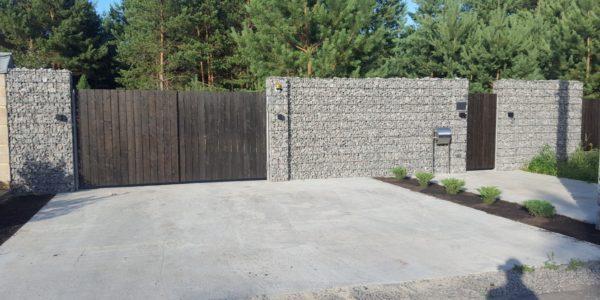 Забор из габионов с деревянными элементами