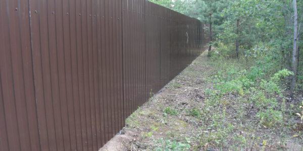 Забор из профнастила на неровном участке - 3