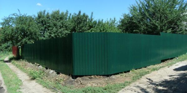 Забор из темно-зеленого профлиста