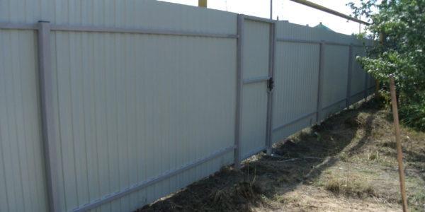 Забор из профнастила ral8017 в Воронеже - 11