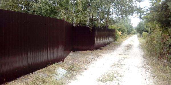 Забор из профнастила на неровном участке