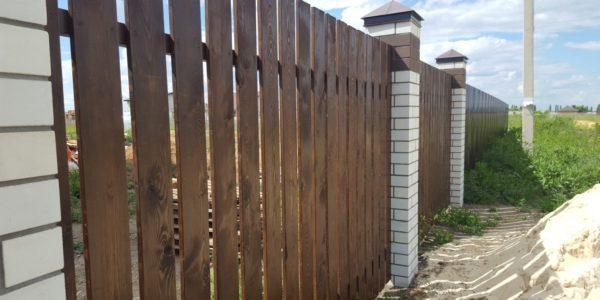 Забор из лиственницы с элементами лазерной резки