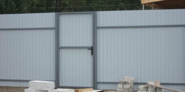 Забор с калиткой внутри