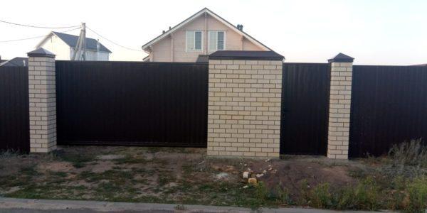 Забор из профнастила с кирпичными вставками
