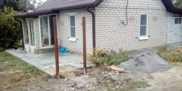 Частный дом с оградой