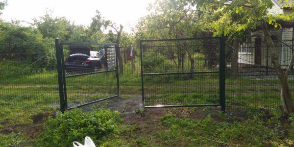 Забор из сетки рабицы на дачном участке - 4