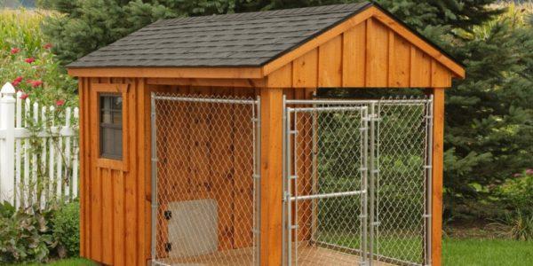 Деревянная будка для собаки с ограждением