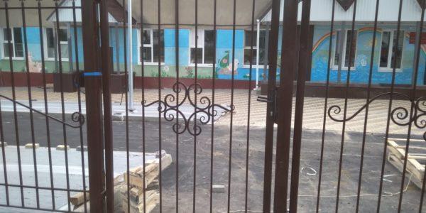 Кованный забор с металлическими столбами