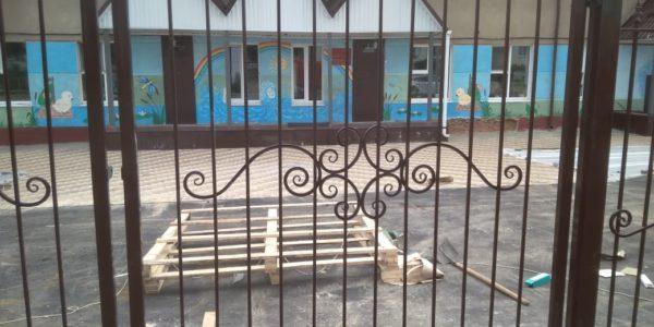 Кованный забор с пиками