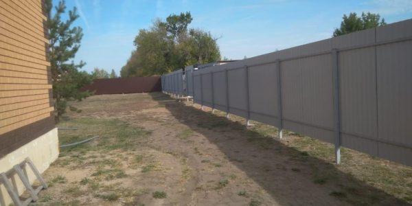 синий забор из металлопрофиля на участке