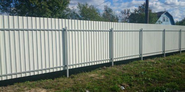 установить забор из металлопрофиля на участке
