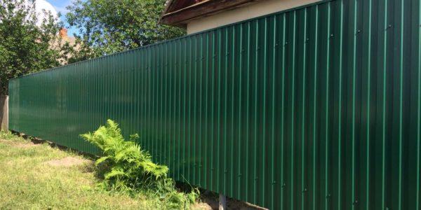 установить зеленый забор из металлопрофиля на участке