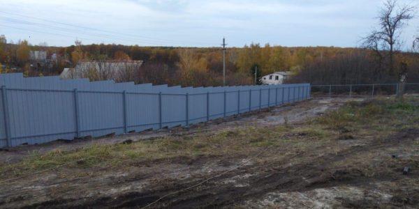 забор из металлопрофиля на участке