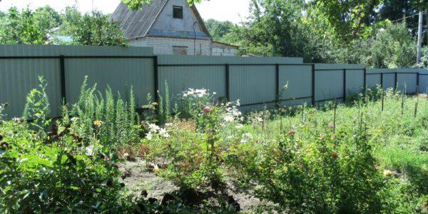 зеленый забор из металлопрофиля на учатке